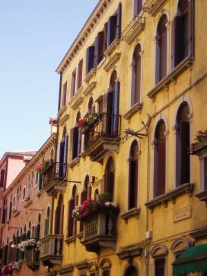 Que Sera Sara Venice street